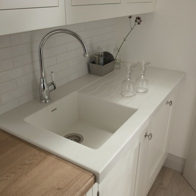 Seamless Corian sink with wavy drainer grooves
